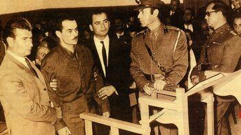 Ο Αλ. Παναγούλης κατά την διάρκεια της δίκης του υποβαστάζεται από ασφαλίτες