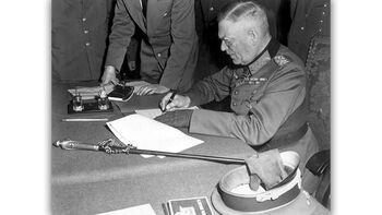 Ο Βίλχελμ Κάιτελ υπογράφει την άνευ όρων συνθηκολόγηση της Γεμρανίας