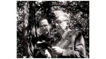 Ο Πώλ Ελυάρ φορώντας το δίκοχο των μαχητών του ΔΣΕ, διαβάζει το μήνυμά του