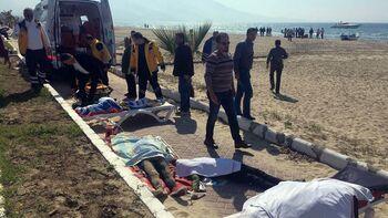 Οι σωροί των προσφύγων που ανασύρθηκαν από το ναυάγιο