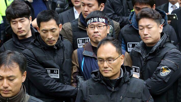 Ο συνδικαλιστής Χαν Σεάνγκ Γκιουν συλλαμβάνεται από αστυνομικούς (Φωτο ΑΡ)