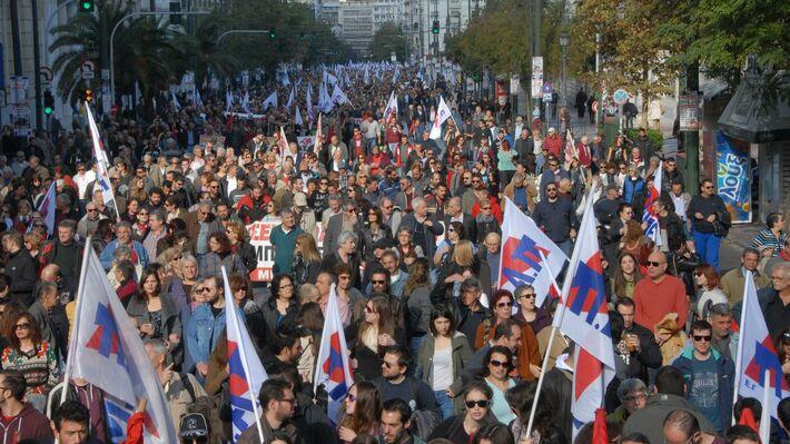 Από την απεργιακή συγκέντρωση του ΠΑΜΕ στην Αθήνα στις 3 Δεκέμβρη