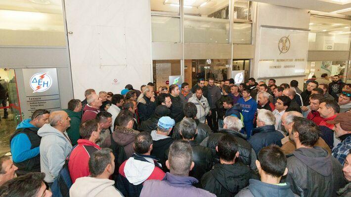 Φωτό από την κινητοποίηση των εργαζομένων της «ΤΟΞΟΤΗΣ ΑΕ» στην ΔΕΗ