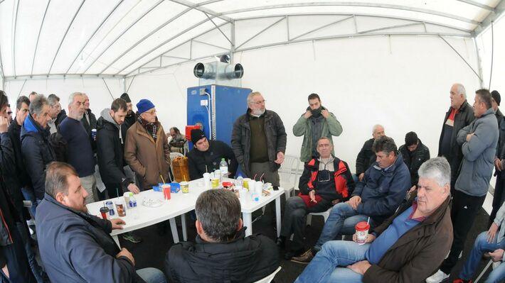 Αγρότες στο Μπλόκο της Νίκαιας συζητούν και αποφασίζουν για την πορεία του αγώνα τους