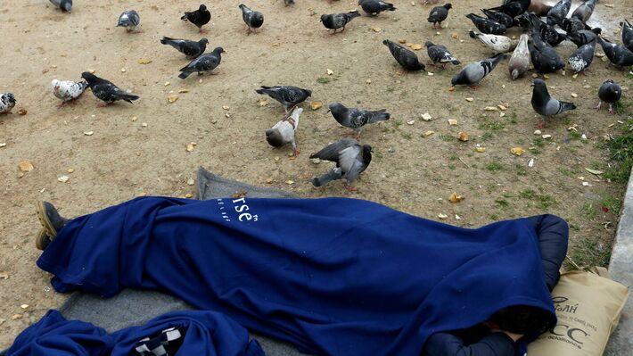 Μετανάστης προσπαθεί να κοιμηθεί στην πλ. Βικτωρίας