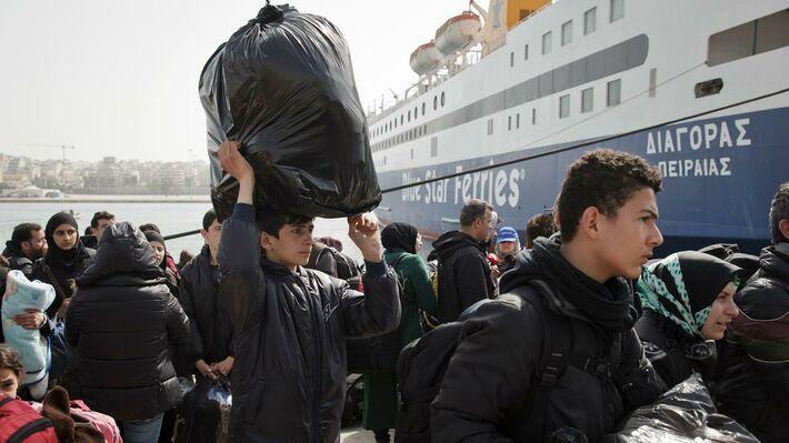 Πρόσφυγες από τα νησιά φθάνουν στον Πειραιά (φωτό ΑΡ)