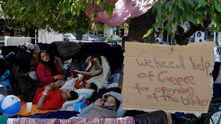 Πρόσφυγες στην πλ. Βικτωρίας στην Αθήνα (φωτό ΑΡ)