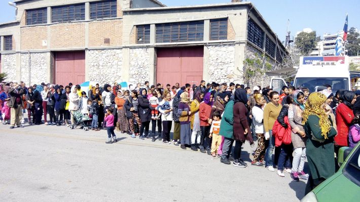 Από παλιότερη διανομή σε πρόσφυγες στο λιμάνι του Πειραιά