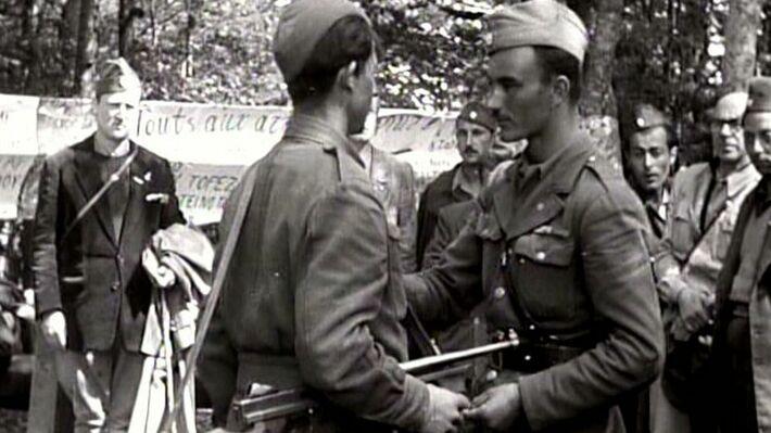 Απονομή παρασήμου σε μαχητή του ΔΣΕ στο Γράμμο το 1949