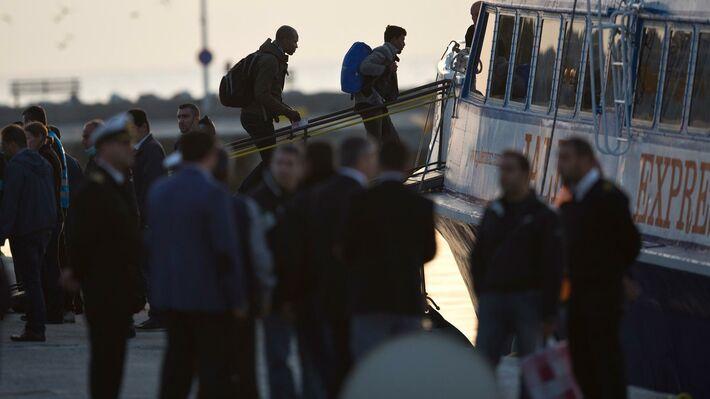 Μετανάστες επιβιβάζονται στο πλοίο για την Τουρκία (πηγή: ΑΡ)