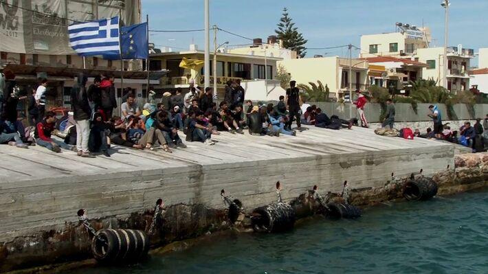 Πρόσφυγες στο λιμάνι της Χίου (πηγή: astraparis.gr)