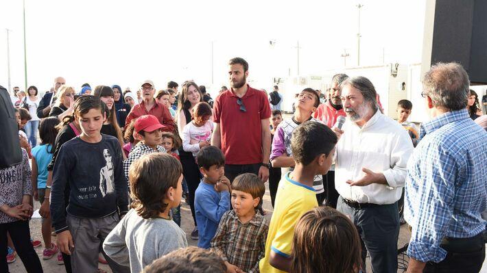 Ο δήμαρχος Χαϊδαρίου Μ. Σελέκος μιλάει στους πρόσφυγες στο Σκαραμαγκά