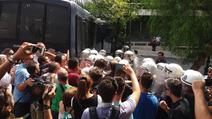 Η αποφασιστικότητα των εργαζομένων έσπασε τον αστυνομικό κλοιό