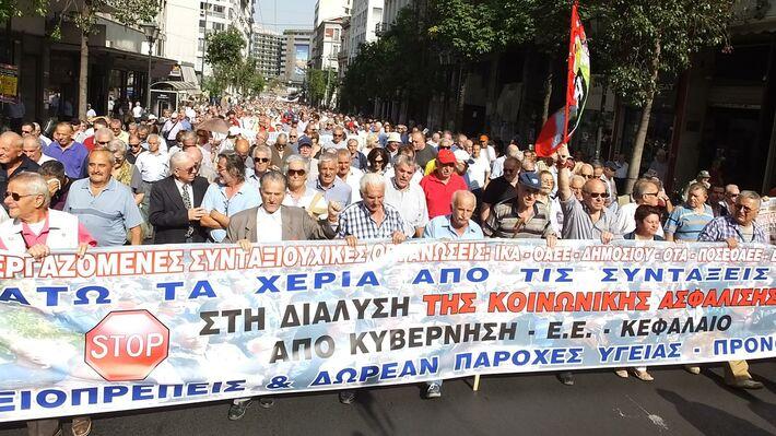 Από τη μαζική, μαχητική πορεία των συνταξιούχων στην Αθήνα