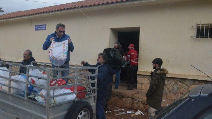 Παρέδωσαν βοήθεια στους πρόσφυγες και μετανάστες στη Μαλακάσα (ΦΩΤΟ ... bf104a41feb