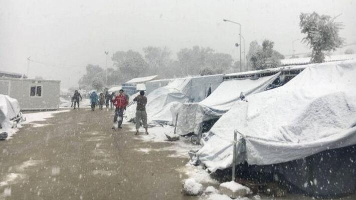 Σκεπασμένες από χιόνι οι σκηνές των προσφύγων