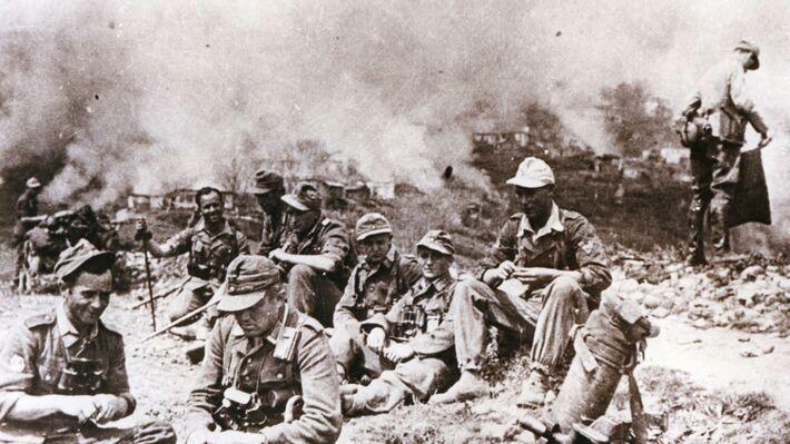 Άνδρες της Μεραρχίας 117... «ξεκουράζονται», ενώ πίσω τους καίγονται τα Καλάβρυτα