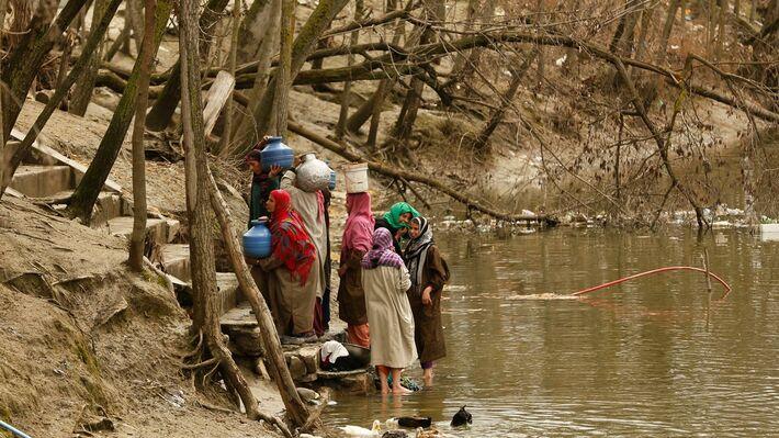 Γυναίκες στο Κασμίρ συλλέγουν νερό από ποτάμι