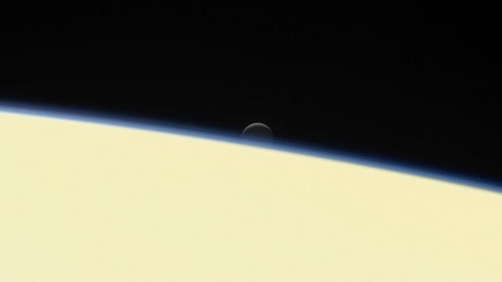 Ο Εγκέλαδος ανατέλλει πάνω από την επιφάνεια του Κρόνου σε μια από τις τελευταίες φωτογραφίες που έστειλε το «Κασίνι»