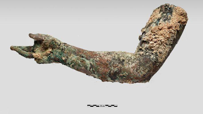 Χάλκινο δεξί χέρι που σώζεται από τον ώμο μέχρι τα δάχτυλα