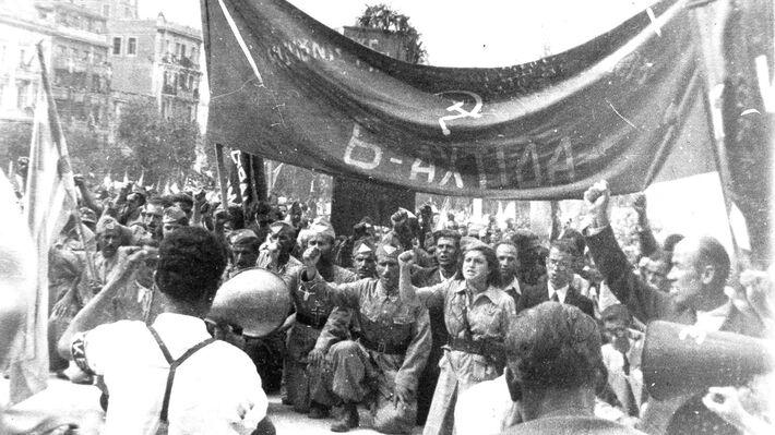 Η 6η Αχτίδα της ΚΟΑ, η Καισαριανή και άλλες ηρωϊκές συνοικίες μπροστά στον Άγνωστο Στρατιώτη τιμούν τους συντρόφους τους