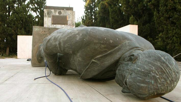 Ιούλης 2006: Δυνάμεις του ΠΑΜΕ γκρεμίζουν το σύμβολο των εγκλημάτων