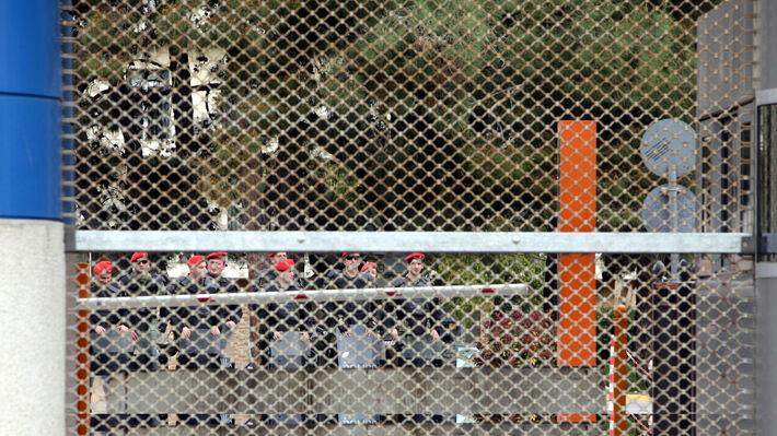 Στρατιώτες με εξοπλισμό καταστολής πλήθους στο υπουργείο Εθνικής Άμυνας σε κινητοποίηση των εργαζόμενων στα Ναυπηγεία Σκαραμαγκά