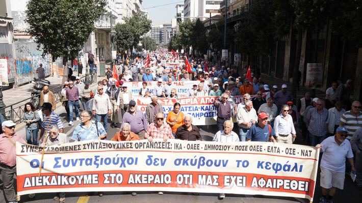Από τη μαχητική πορεία των συνταξιούχων στην Αθήνα