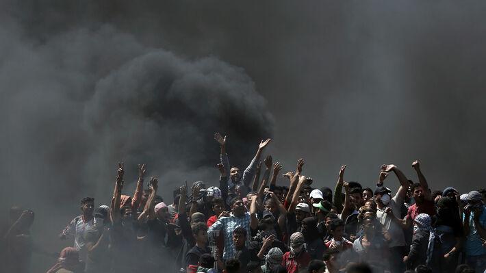 Οι Παλαιστίνιοι διαδηλωτές καίνε λάστιχα για να αποφύγουν τα πυρά των Ισραηλινών ελεύθερων σκοπευτών