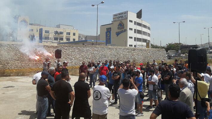 Οι εργαζόμενοι ενώ ενημερώνονται για τις εξελίξεις το μεσημέρι της Τετάρτης