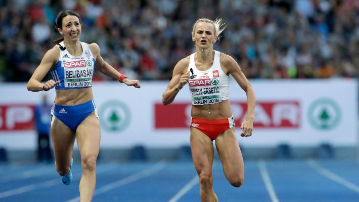 Η Μ. Μπελισμπασάκη (αριστερά) στον τερματισμό