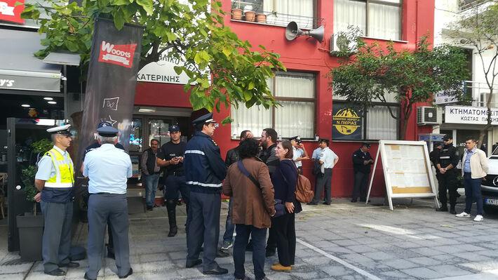 Η Αστυνομία έξω από το Εργατικό Κέντρο Κατερίνης