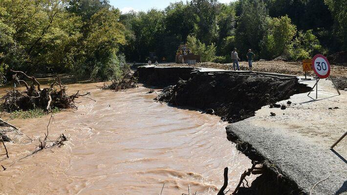 Από τις καταστροφές στο δρόμο Προκόπι - Μαντούδι στην Βόρεια Εύβοια