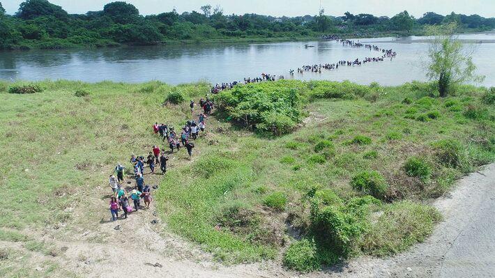 Μετανάστες περνούν τον ποταμό Σουτσιάτε