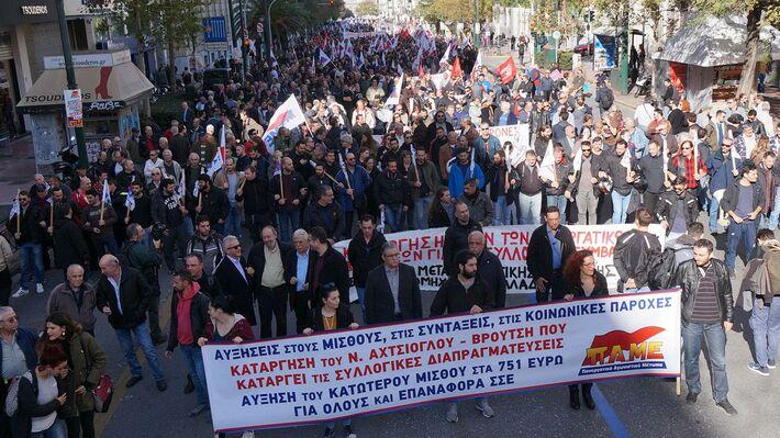 Από την ογκώδη απεργιακή διαδήλωση του ΠΑΜΕ στην Αθήνα