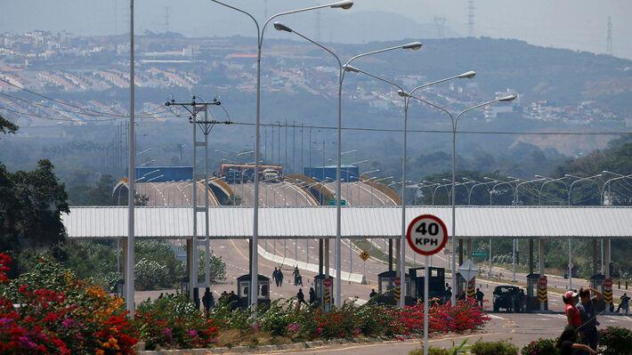 Το μπλόκο που έχει στήσει ο στρατός της Βενεζουέλας στα σύνορα με την Κολομβία