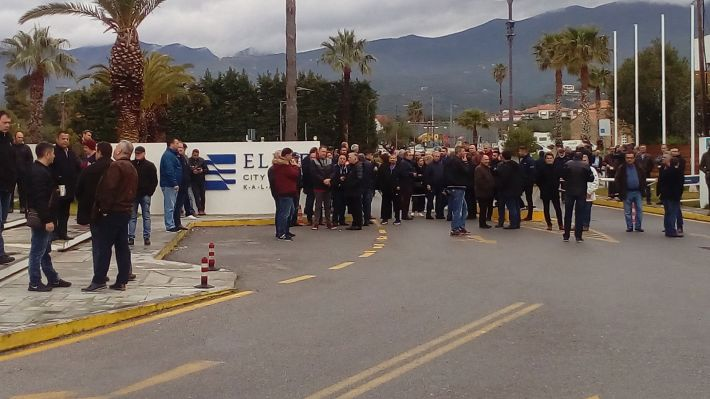 Στην είσοδο του ξενοδοχείου security, γνωστοί τραμπούκοι της Καλαμάτας μαζί με ομάδα εργατοπατέρων