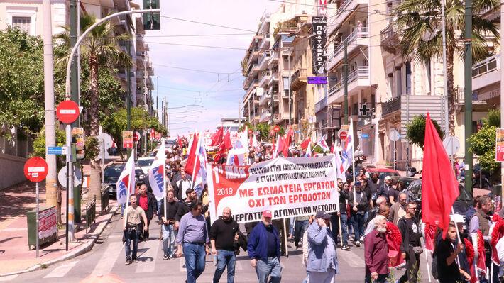 Από την μαζική πρωτομαγιάτικη απεργιακή διαδήλωση στον Πειραιά