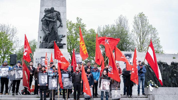 Στο σοβιετικό μνημείο προς τιμήν των στρατιωτών του Κόκκινου Στρατού