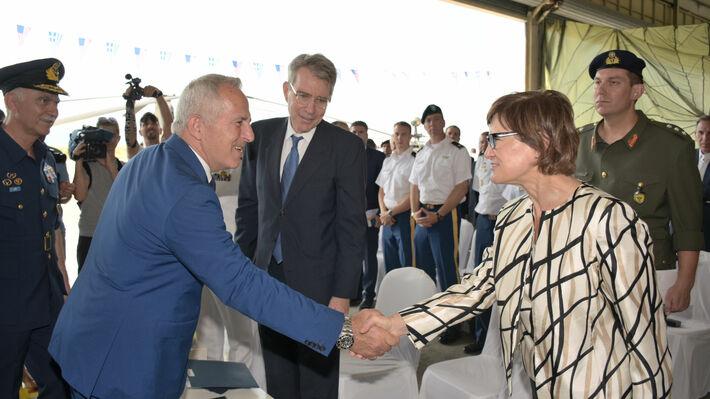Ο Τζ. Πάιτ δίπλα στον υπουργό Άμυνας Ευ. Αποστολάκη