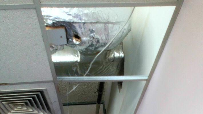 Στο Γραφείο Προμηθειών αποκολλήθηκαν 2 πλαίσια από το ταβάνι εν ώρα εργασίας
