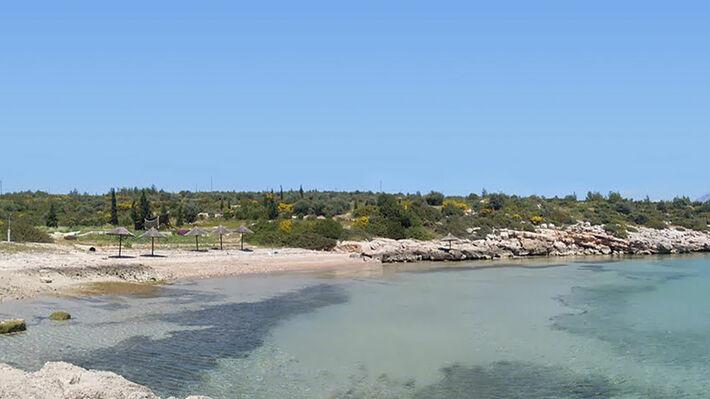 Η παραλία Πράσινα Νερά στον κόλπο της Λάρυμνας