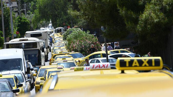 Από τη σημερινή μαζική αυτοκινητοπομπή στο υπουργείο Μεταφορών