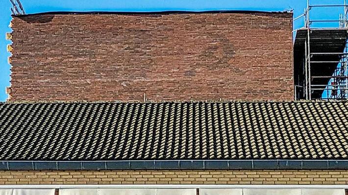 Το σφυροδρέπανο διακρίνεται στην πρόσοψη του κτιρίου (πηγή: Sven Levandowski/sn.dk)