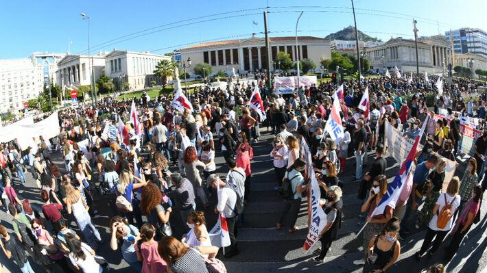 Από την απεργιακή κινητοποίηση των εργαζομένων στην Αθήνα, στα Προπύλαια
