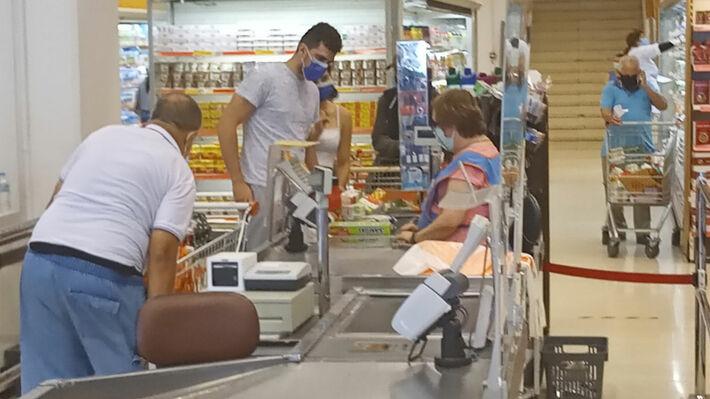 Φωτ. από το σούπερ μάρκετ στο Ικόνιο, με εργαζόμενους σε ταμεία χωρίς plexiglass