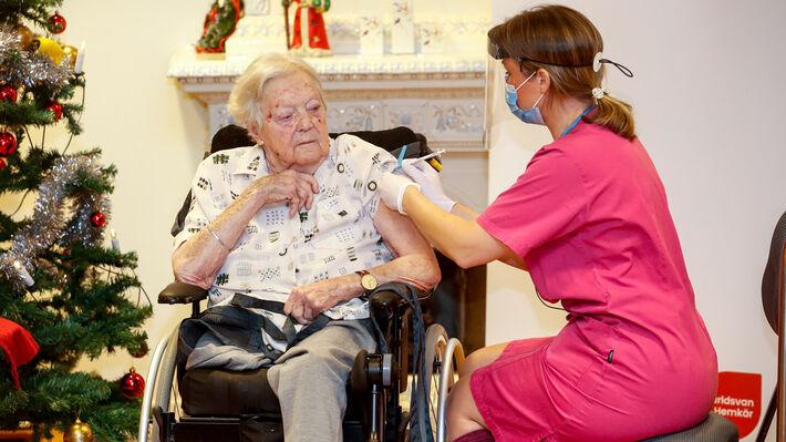 Από εμβολιασμούς ηλικιωμένων στη Σουηδία