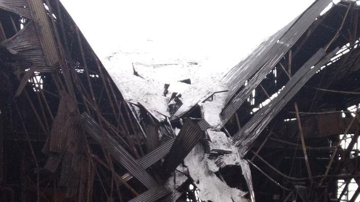 Η πεσμένη οροφή τμήματος του εργοστασίου