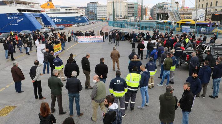 Φωτό αρχείου από απεργία των ναυτεργατών και συγκέντρωση στο λιμάνι του Πειραιά