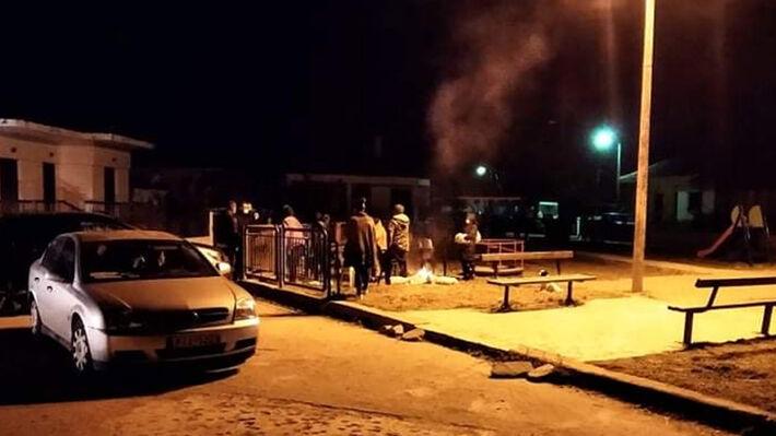 Κάτοικοι της περιοχής καίνε ξύλα για να ζεσταθούν